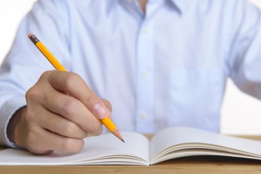 勉強する男性の写真