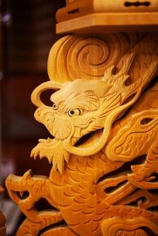 葬儀場 葬式 告別式 通夜 葬儀のイメージ コピースペース バックグラウンド 葬儀イメージ 悲しみ 終活 思い 葬儀 木造 竜 ドラゴン 祭壇 木 木製