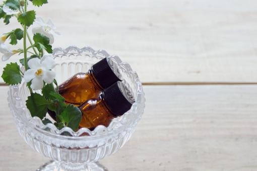 アロマセラピー アロマテラピー エッセンシャルオイル 瓶 ビン 白い花 ガラス リラックス