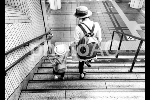 働く女性と子ども2 モノクロの写真