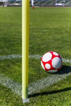 サッカー ボール コーナー コーナーエリア 芝 ピッチ グラウンド ライン 球 フットボール 蹴球 コーナーキック CK