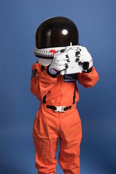 背景 ダーク ネイビー 紺 子ども こども 子供 1人 ひとり 一人  児童 宇宙服 宇宙 服 スペース スペースシャトル 宇宙飛行士 飛行士 オレンジ 希望 夢 将来 未来 体験 職業体験 職業 小道具 小物 ヘルメット 被る コントローラー リモコン   外国人