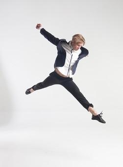 ダンス ダンサー ポーズ 体勢 姿勢 体位 ステップ 踊る 踊り 運動 スポーツ 振り付け 振付 振り 男性 男 外国人 金髪 若い 全身 手 腕 上げる 後ろ 腕を振る 足 脚 伸ばす 開く 開脚 飛ぶ ジャンプ 跳躍 俯く 背景 白 ホワイト 接写 クローズアップ mdfm074