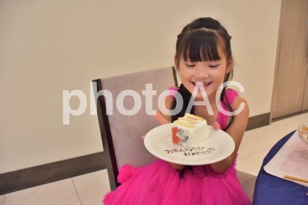 お誕生日おめでとうのケーキと子供の写真