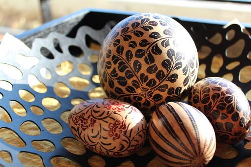 卵 たまご 玉子 タマゴ タマゴ型 イースター 雑貨 小物 アジア雑貨 木 木製 模様 絵付け 色彩 インテリア 並べる 飾る 装飾 楕円 丸 テーブル 皿 植物 花 絵