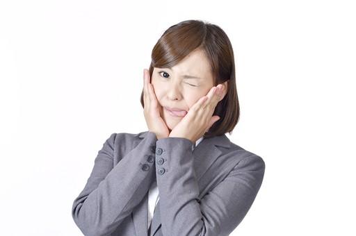 女性 女 社員 会社員 仕事 会社 ビジネス スーツ 女性社員 女の人 ポーズ ウィンク 目 片目 かわいい 手 顔を覆う 日本人 人物 白背景 白バック 一人 スマイル ビジネスウーマン シャツ カメラ目線 OL グレー mdjf003