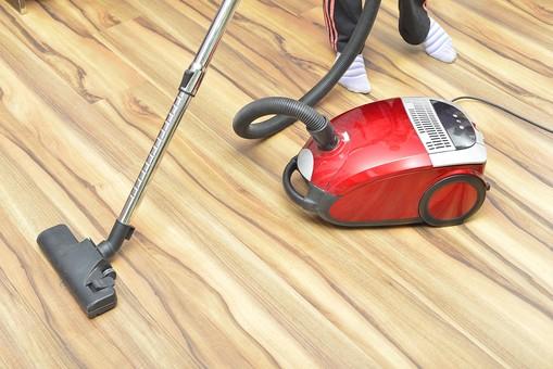 人 人物 足 両足 衣類 衣服 掃除 清掃 掃除機 掃除用品 電化製品 フローリング 床掃除 ジャージ スウェット 靴下 ライン コード 赤色 木 木目 吸う ゴミ チリ 動く