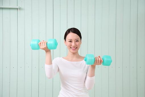 女性 若い女性 女 人物 部屋 一人暮らし リラックス 日本人 ライフスタイル 20代 休日 笑顔 スマイル スポーツ 運動 ダンベル 筋トレ トレーニング フィットネス 健康 ダイエット 美容 筋肉 ウェイトトレーニング 上半身 両手 持ち上げる 体操 mdjf001