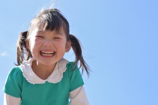 青空 女の子 子供 子ども こども 笑顔 笑う 楽しい 嬉しい 空 明るい 4歳 mdfk023 日本人 smile