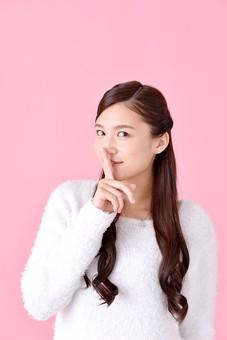 人物 女性 日本人 若者 若い  20代 美人 かわいい ロングヘア カジュアル  ラフ 私服 セーター ニット 屋内  スタジオ撮影 背景 ピンク ピンクバック ポーズ  おすすめ 人差し指 内緒 秘密 静かに 沈黙 仕草 上半身 笑顔 mdjf007