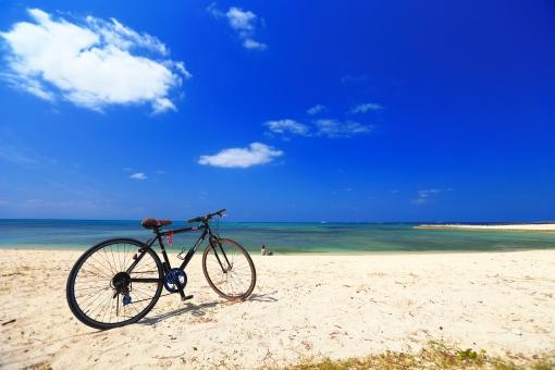 沖縄 おきなわ オキナワ 休憩 自転車 サイクリング バイシクル 駐輪 砂浜 海 青空 ビーチ,びーち,Beach 青,青色,水色,ブルー,Blue 白,白色,白い雲,ホワイト,White エメラルドグリーン グラデーション 趣味,楽しみ 旅行,一人旅 ゴールデンウィーク,GW シルバーウィーク,SW 長期休暇,夏休み,春休み 交通 健康,ダイエット,美容 環境素材 自然素材 乗物素材 旅行素材 風景素材 背景素材 コピースペース