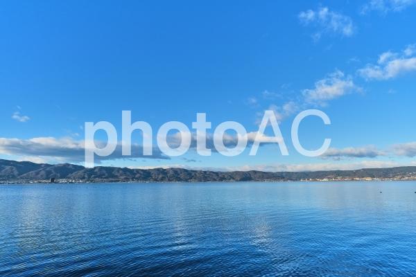 さざなみの模様が美しい諏訪湖の写真