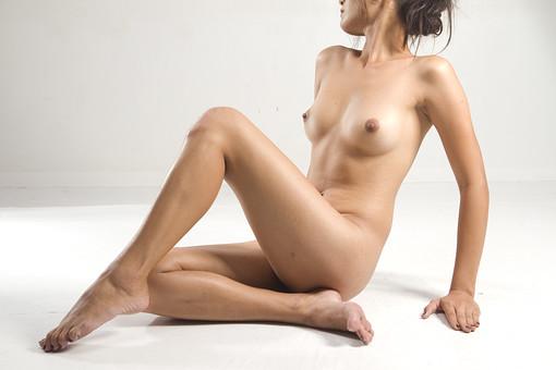 人物 女性 ヌード 裸 体 ボディ 全身 全裸 エステ 美容 健康 ダイエット シェイプアップ ボディケア 肌 プロポーション 理想 セクシー 美しさ 美肌 魅力 中肉中背 ポーズ バスト 胸 モデル デッサンモデル 絵画モデル 美術 白背景 スタジオ撮影