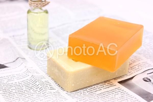 石鹸とオイルと英字新聞1の写真