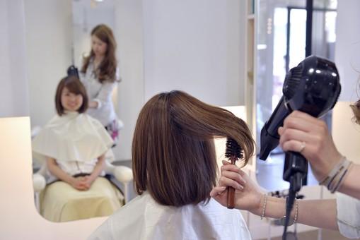 人物 女性 日本人 若い 若者  20代 お客 モデル カットモデル 美容室  美容院 ヘアーサロン 仕事 職業 美容師  屋内 お店 店内 ヘアカット ヘアセット セミロング  美容 ビューティー おしゃれ オシャレ スタイリング  鏡 ドライヤー 乾かす ブロー 仕上げる mdjf003 mdjf025