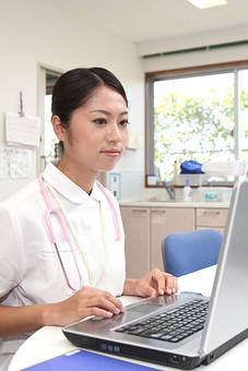 看護師 看護婦 ナース 白衣 女 女性 病院 医院 医療 看護 パソコン PC ノートパソコン ナースステーション 事務 聴診器 日本人 mdjf034