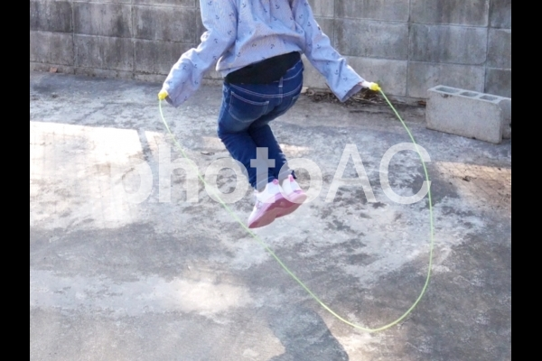 縄跳びをする子どもの写真