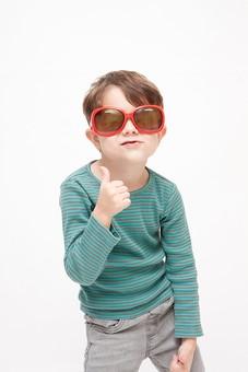 人物 こども 子ども 子供 男の子  少年 幼児 外国人 外人 かわいい  無邪気 あどけない 屋内 スタジオ撮影 白バック  白背景 ポートレート ポーズ 表情 Tシャツ  カジュアル 上半身 サングラス 眼鏡 メガネ ハンドサイン 合図 サムズアップ グッド 大丈夫 粋がる ユーモラス キッズモデル mdmk010