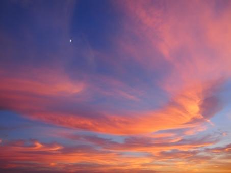 景色 風景 自然 空 晴天 夕日 夕方 夕焼け 日没 日の入り 光り 雲 青 赤 マジックアワー 紫 オレンジ サンセット 夕暮れ 夕闇 夏 ロマンチック センチメンタル 月 sunset evening_glow sunset_clouds twilight dusk リゾート landscape nature sky magic_hour light clouds blue red orange purple summer moon