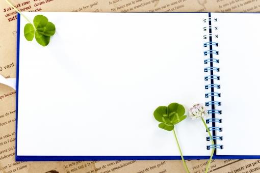スケッチブック 余白 白 クローバー 植物 草 四葉のクローバー 四葉 幸運 ラッキー 幸せ 緑 コピースペース シロツメクサ シロツメグサ 野花 草花 小物 文具 四つ葉 四ツ葉 ラッキーアイテム