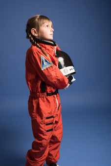背景 ダーク ネイビー 紺 女の子 女子 女 女児 子ども こども 子供 1人 ひとり 一人  児童 宇宙服 宇宙 服 スペース スペースシャトル 宇宙飛行士 飛行士 オレンジ 希望 夢 将来 未来 体験 職業体験 職業  ヘルメット 抱える 小物 小道具 見上げる 横顔  外国人 mdfk045