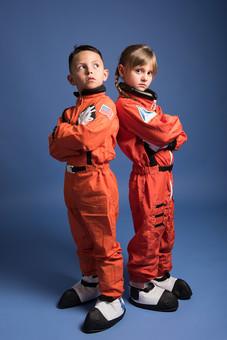 背景 ダーク ネイビー 紺 子ども こども 子供 2人 ふたり 二人 男 男児 男の子 女 女児 女の子 児童 宇宙服 宇宙 服 スペース スペースシャトル 宇宙飛行士 飛行士 オレンジ   目指す 希望 夢 将来 未来 体験 職業体験 職業 腕組み クール カッコいい かっこいい ポーズ 背中合わせ 全身 外国人  mdmk009 mdfk045