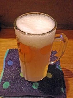 赤ちょうちん 赤提灯 ビール 生ビール 飲料 酒 アルコール 飲料 ドリンク 麦酒 飲み物 飲食店 居酒屋 赤提灯 カウンター おしぼり 夏 風物詩 季節 シーズン 風景 景色