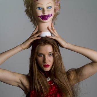 人間 人物 ポートレート ポートレイト 女性 ロングヘア 外国人 外国の女性 外国人女性 ブロンド 金髪  赤いドレス 赤ドレス バラドレス  上半身  白背景 白バック ホワイトバック グレイバック  ドールヘッド 頭 人形 ドール 口紅 リップスティック 紫の口紅 塗りたくる オカルト ホラー マネキン ゴシック 頭に乗せる アメリカンスリーブ 肩出し ネックレス アクセサリー 首飾り mdff098