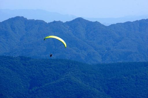 パラグライダー 飛翔 山並み 長野県 白馬