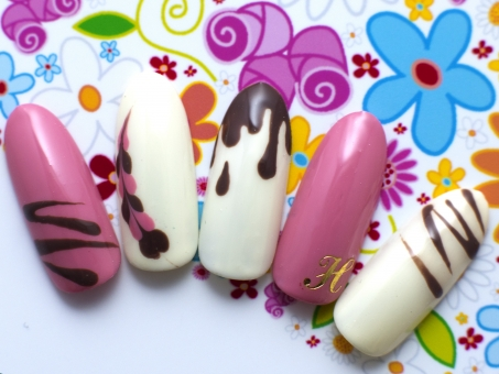 ネイルデザイン ネイル ネイルサロン ピンク ハート ビビット バレンタイン 白 チョコレート お菓子柄 イニシャル 鮮やか 女性 爪 テクスチャ