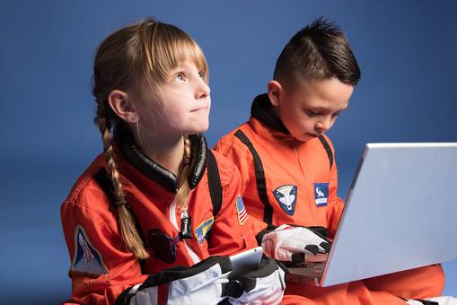 背景 ダーク ネイビー 紺 子ども こども 子供 2人 ふたり 二人 男 男児 男の子 女 女児 女の子 児童 宇宙服 宇宙 服 スペース スペースシャトル 宇宙飛行士 飛行士 オレンジ 希望 夢 将来 未来 体験 職業体験 職業 小道具 小物  PC パソコン タブレット タブレット端末 検索 調べる 調査 座る 胡座 あぐら 胡坐 見上げる 目指す 外国人  mdmk009 mdfk045