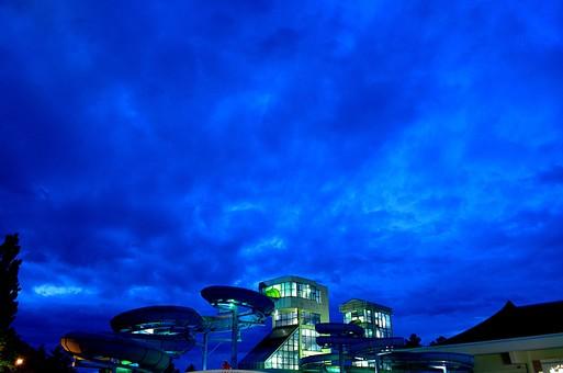 景色 風景 夜 夜景 空 雲 嵐 屋外 外 プール 滑り台 ループ チューブ 建物 建築 建造物 建築物 屋上 青い空 厚い雲 自然 植物 樹 木 樹木