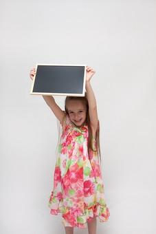 人物 こども 子供 女の子 少女  外国人 外人 キッズモデル あどけない かわいい   屋内 スタジオ撮影 白バック 白背景 長髪  ロングヘア ポートレイト ポートレート 表情 ポーズ 黒板 ボード 持つ 勉強 学習 学び 教育 メッセージ mdfk016