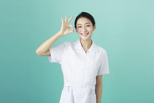 人物 女性 日本人 20代 30代  仕事 職業 医療 病院 看護師  ナース 医者 医師 女医 白衣  看護 屋内 スタジオ撮影  背景 グリーンバック  おすすめ ポーズ 上半身 OK オーケー サイン ジェスチャー 大丈夫 良い 笑顔 薬剤師 mdjf010 グリーン 緑