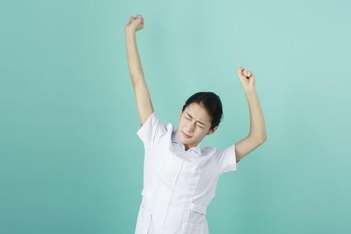 人物 女性 日本人 20代 30代   仕事 職業 医療 病院 看護師  ナース 医者 医師 女医 薬剤師  白衣 看護 屋内 スタジオ撮影 背景  グリーンバック おすすめ ポーズ 上半身 背伸び 伸ばす ストレッチ 休憩 リラックス 疲れた 疲労 mdjf010