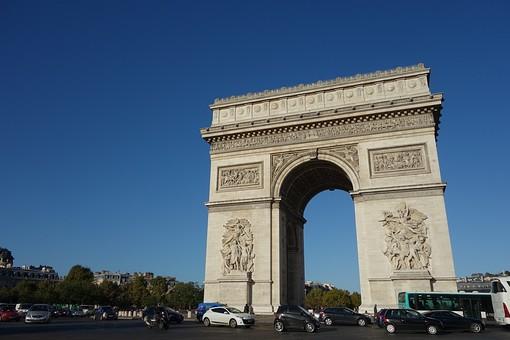 外国 ヨーロッパ フランス パリ 観光 観光地 旅行 見物 名所 有名 凱旋門 ゲート 建物 建築 建築物 歴史 古い 伝統 装飾 彫刻 芸術 アート 模様 アーチ 空 青空 グラデーション 晴天 天気 晴れ 鮮やか 木 植物 樹木 室外 屋外 景観