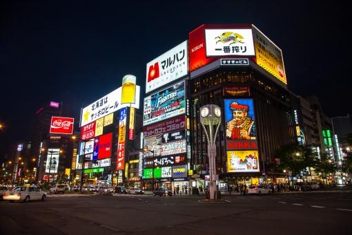 ススキノ すすきの 薄野 札幌 北海道 道央 繁華街 歓楽街 飲み屋街 ネオン街 交差点 ネオン 夜 夜景 人並み 街並み 雑踏 不夜城 ビル街