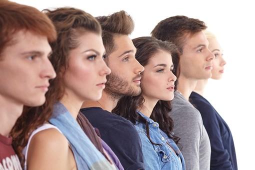 人物 外国人 モデル 男性 女性  男女 複数 グループ 仲間 友達  20代 若者たち 大学生 スタジオ撮影 白バック  白背景 ファッション カジュアル 6人 並ぶ 横並び 整列 横向き 横顔 真面目 目線 まっすぐ 見つめる mdff025 mdff026 mdff027 mdfm007 mdfm008 mdfm009