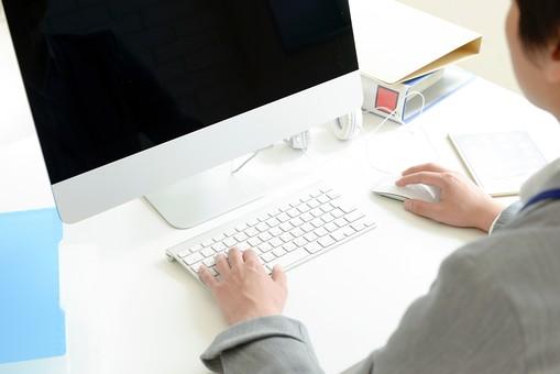 日本人 男性 男 20代 若い ファッション カジュアル インフォーマル 仕事 オフィス 会社 クリエイター デザイナー グラフィックデザイナー webデザイナー 手 キーボード PC パソコン スーツ グレー キーボードを打っている 文字を打ち込んでいる マウス デスクトップパソコン タブレット タブレット端末 ビジネス ファイル デスクワーク 手 手元 入力 タイピング mdjm024