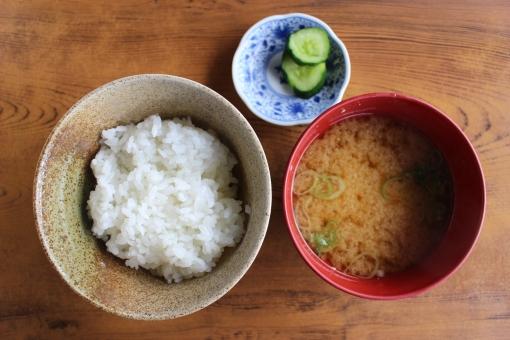 朝食 玄米 飯 味噌汁 しる お箸 はし ハシ 健康 粗食 健康食 和食 ミネラル 栄養バランス 美容 食卓 みそ 味噌 ミソ お味噌汁 おみそ汁 みそしる ミソ汁 おこめ 御米 オコメ お米 おコメ こめ コメ 米 rice ライス きゅうり おみそしる table ご飯 ごはん めし メシ シンプル miso soup 日本 japan food 温かい 美味しい おいしい chopsticks 食物繊維 野菜 発酵食品 お通じ おつうじ ダイエット 痩せる 美肌 お茶碗 おわん おちゃわん unpolished 白米 コシヒカリ ササニシキ あきたこまち 食べ物 料理 和風 フード 食物 日本食 和風料理 和 栄養 健康管理 食事 恵み 自然の恵み 漬け物 みそ汁 上から 上 ふかん 俯瞰 フカン 木目 木 テーブル 台