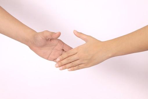 手 ハンド ハンドパーツ ボディパーツ 人物 指 手元 手首 ジェスチャー 身振り 肌 人肌 腕 パーツ 部位 片手 片腕 白バック 白背景 コピースペース テキストスペース 握手 絆 繋がり 2人 二人 結びつき 合わせる 差し出す