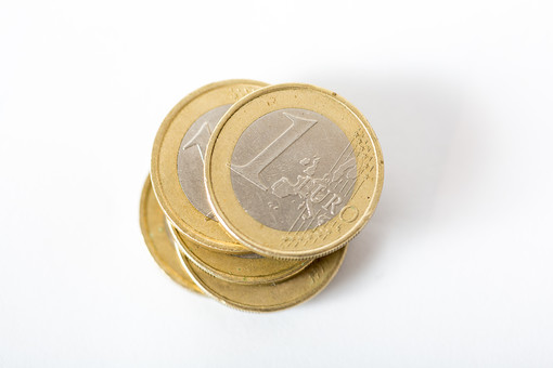 お金 コイン 通貨 貨幣 小銭  つり銭 マネー 外国 外貨 貯金  貯蓄 金融 経済 ビジネス 価値  チップ お釣り ユーロ ヨーロッパ 海外  アップ 白バック 白背景 複数 素材 積む 重ねる 硬貨 EU 1ユーロ ユーロコイン