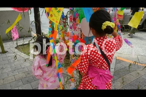 七夕祭りを楽しむ姉妹の写真