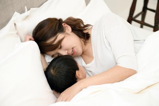 日本人 部屋 屋内 室内 昼寝 寝る 親子 家族 子供 男の子 ママ お母さん 母 ファミリー 幼児 スキンシップ 寝転ぶ 愛情 睡眠 子育て 布団 ベッド 抱っこ 育児 息子 安心 アジア人 触れる 母性 母子 寝かせる チャイルド 安らぐ mdmk058 mdjf070