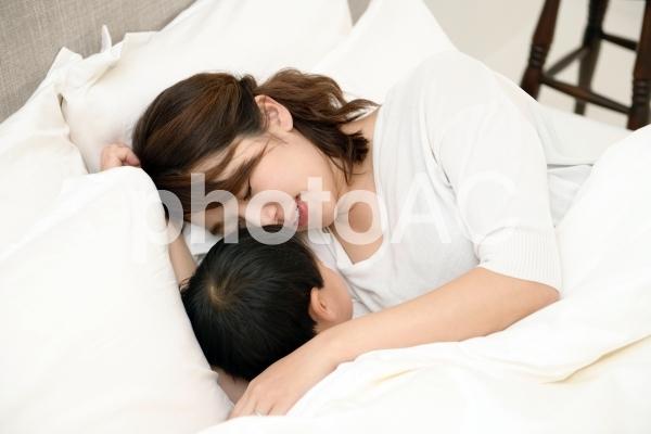 母と子 添い寝15の写真