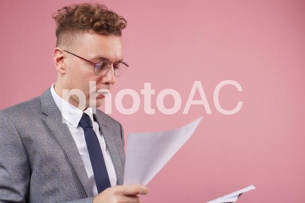 資料を持つビジネスマン13の写真