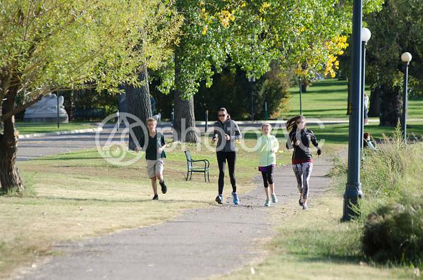 ジョギングをする外国人モデルの団体の写真