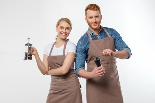 男性 笑顔 白バック コーヒー 女性 ポーズ エプロン キッチン 持つ 接客 カフェ 喫茶店 イメージ 店員 テキストスペース 外国人 白人 欧米人 スタッフ 注文 バリスタ コーヒーミル フレンチプレス バル mdfm154 mdff237 ティーポットプレス