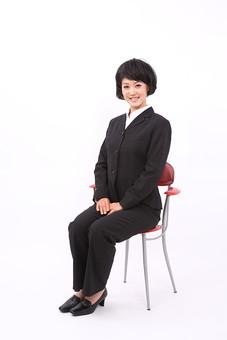 サラリーマン 女 女性 会社員 若者 女子  スーツ 部下 営業 OL 社会人 ビジネス 人物 社員 日本人 20代 仕事 カツラ かつら ウィッグ 笑顔 スマイル 面接 面談 就職活動 椅子 イス 座る スタジオ 白バック 白背景 全身 mdjf028