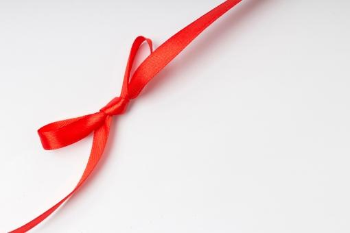 リボン 包装 ラッピング プレゼント包装 紐 結ぶ 飾る 可愛い キュート 華やか プレゼント 贈り物 ギフト ホワイトデー バレンタインデー 誕生日 バースデイ バースデー お祝い クリスマス イベント 記念日 素材   贈呈品 贈答品 贈る 赤 レッド 白背景  蝶結び メッセージ 告知 テキスト スペース お知らせ 雑貨